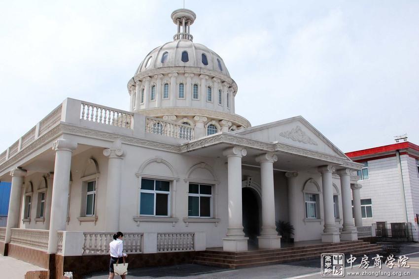 安徽阜阳市一酿酒厂厂院内建设的豪华公厕外形酷似白宫