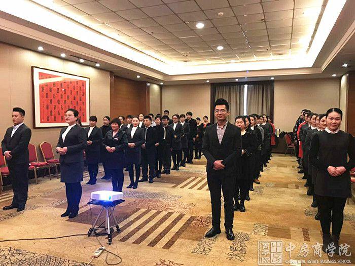2018年3月10-11日,中房商学院受潍坊华夏的邀请,深入企业,组织为期两天的《房地产行业销售服务礼仪体系》培训。