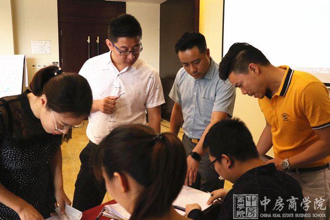 摘要:2018年7月27-28日,中房商学院受某地产企业的邀请,深入企业,进行了为期一天的《房地产开发流程与经营管理沙盘模拟课程》主题交流培训。