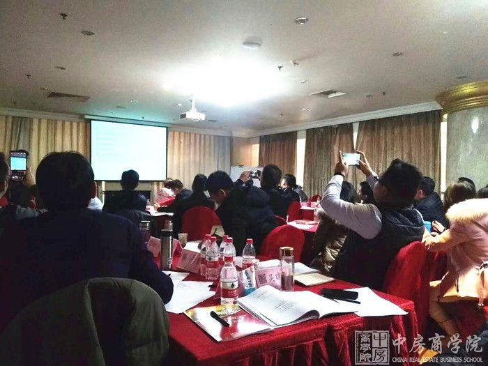 摘要:2018年12月15-16日,中房商学院邀请计划运营实战讲师在北京召开《房地产开发全程高效计划运营与多层级计划执行、管控、考核要点优化》课程,一起和大家探讨房企全流程计划运营及多层级管控的一些奥秘。